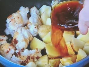 新ジャガと鶏手羽元の甘辛煮