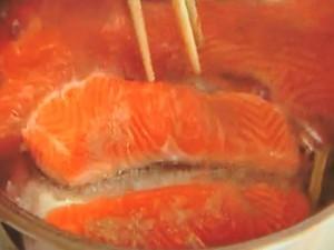 鮭と緑黄色野菜のにんにくヨーグルトソースがけ