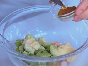 アボカドのひんやりトマトソース