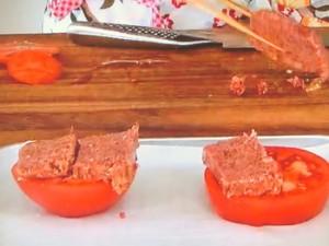 コンビーフとトマトのパン粉焼き