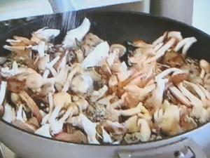 もこみち流 つぶ貝ときのこのガーリックバター炒め
