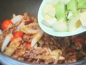 牛肉とアボカドのカレー炒め
