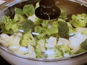 ブロッコリー、カリフラワー、鶏肉の塩炒め