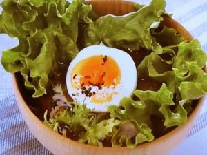 ゆで卵とサラダ野菜のみそ汁