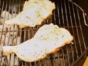 骨付き鶏もも肉のハーブマリネ焼き